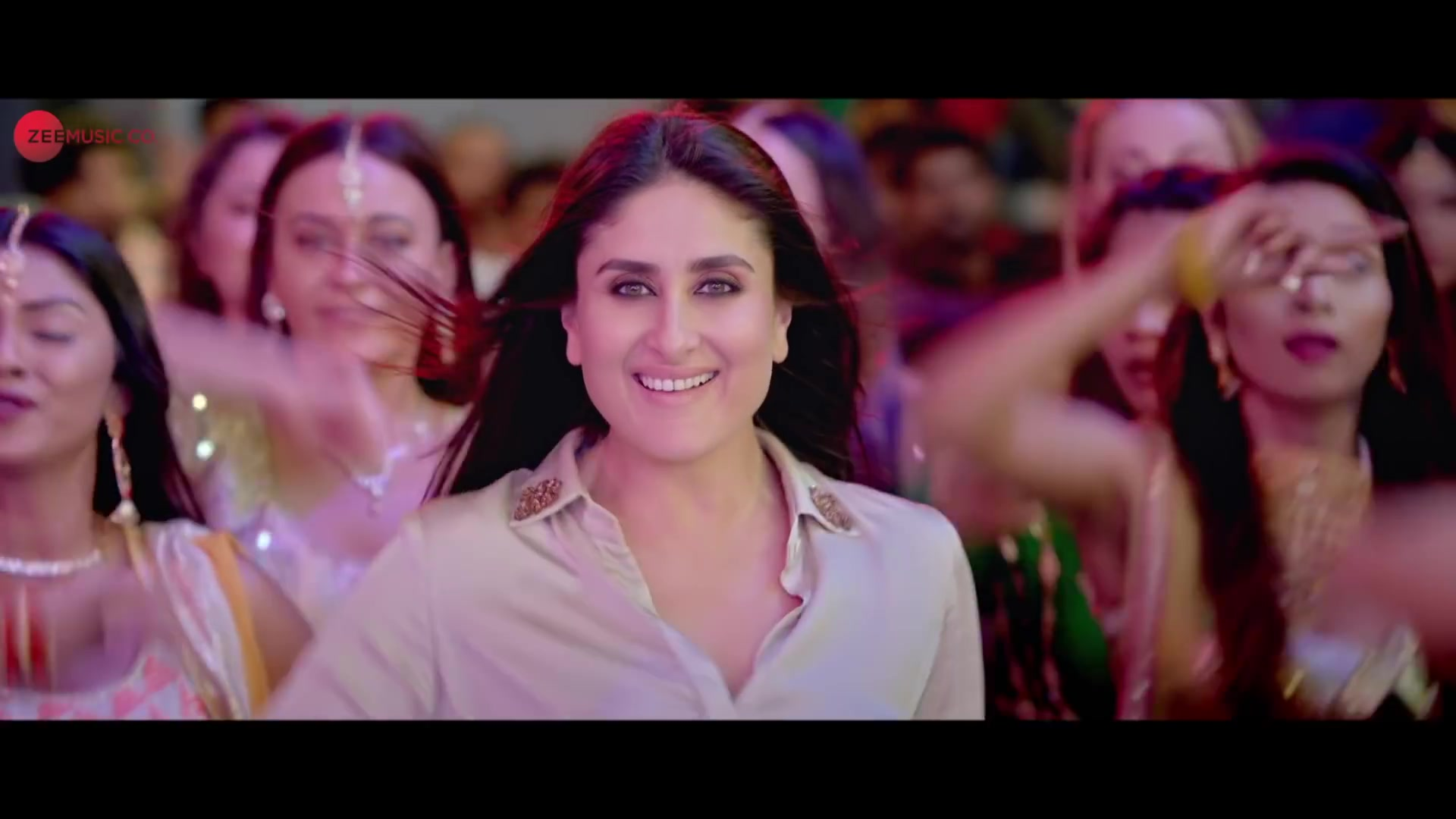 Kareena Kapoor Khan Red Lehenga look Laal Ghaghra style ...